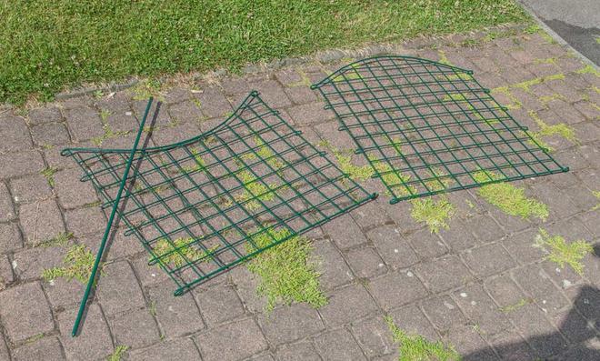 Zaunelemente in zwei Varianten: Nach unten und nach oben wellig