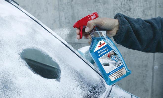 Enteiser-Spray wird auf die Autoscheibe gesprüht