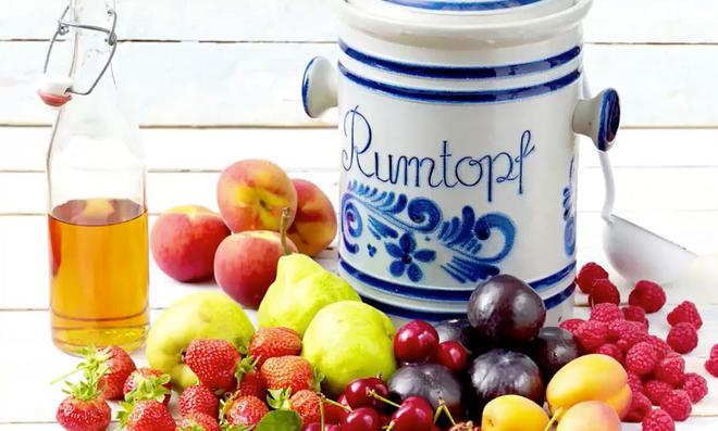 Rumtopf mit Früchten