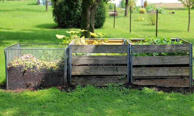 Drei Komposter nebeneinander mit unterschiedlichem Reifegrad