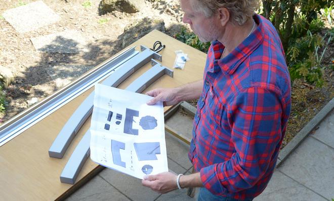 Einzelteile des Vordachs mitsamt Anleitung