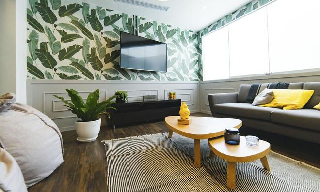 Wohnzimmer mit Mustertapete
