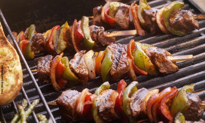 Fleisch, Gemüse oder Käse? Bei Grillspießen muss man sich nicht entscheiden.