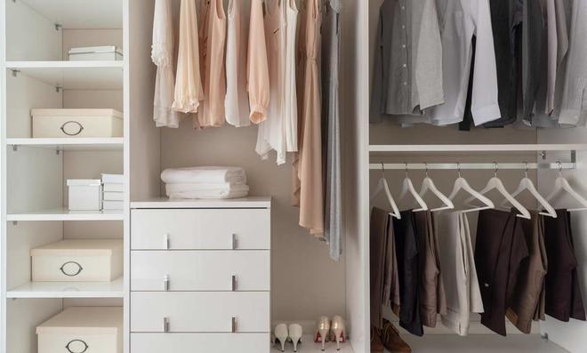 Gut sortierter Kleiderschrank