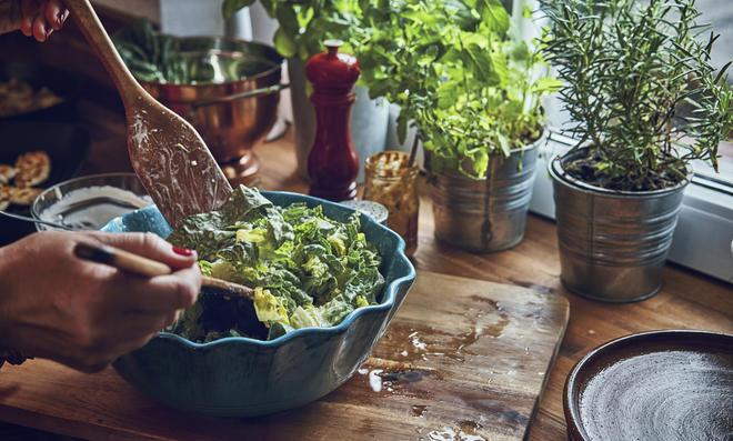 Diese Salate passen zu Würstchen und Co.