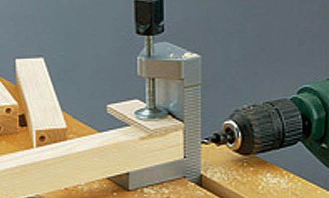 CD-Karussell: Verbindungsdübel bohren