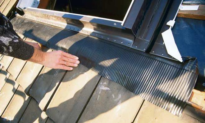Abdichtung eines Dachflächenfensters: Regenschürze