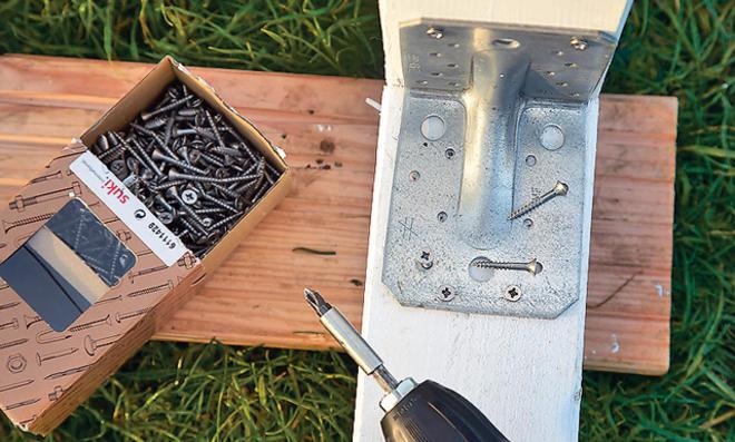 Fußballtor selber bauen: Winkelverbinder montieren