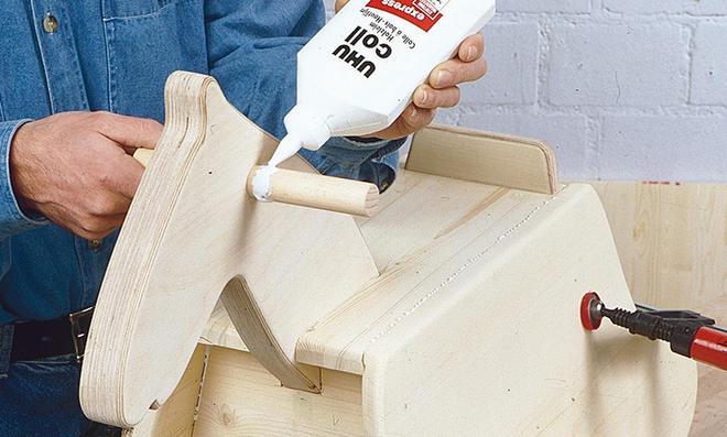 Schaukelpferd bauen: Griffstange leimen