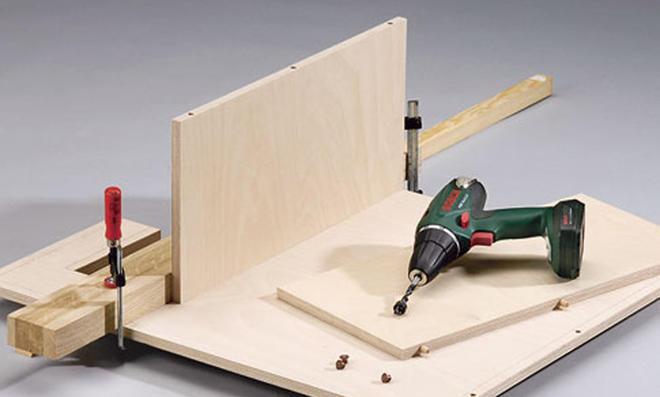 Schreibtisch: Position der Dübel übertragen