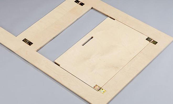 Schreibtisch: Teile mit Scharnieren verschrauben