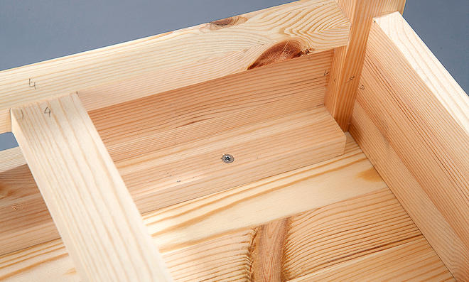 Schminktisch: Tischplatte verschrauben