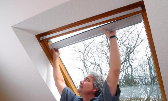 Rollo am Dachflächenfenster montieren