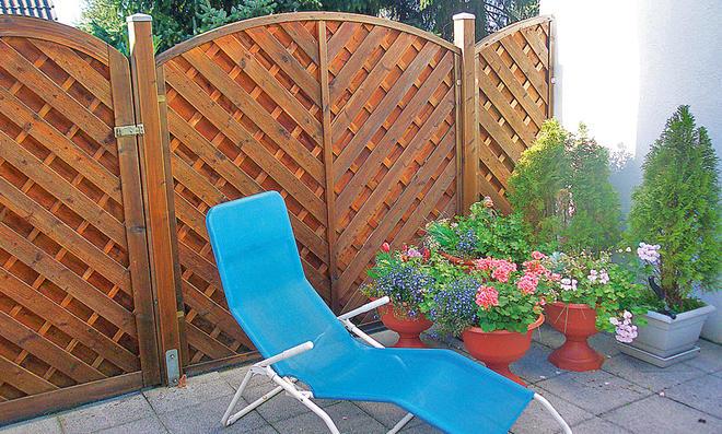 Vergraute Gartenmöbel pflegen