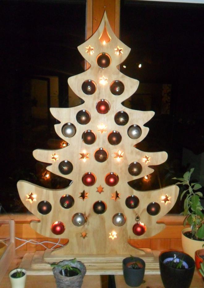 Weihnachtsbaum aus holz mit beleuchtung