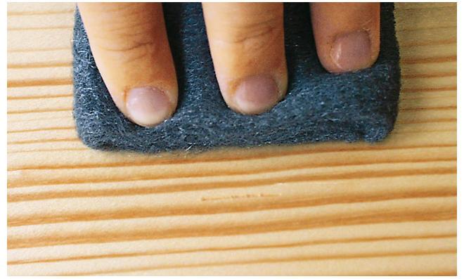 macken im holz ausbessern auftrag von holzpaste mit spatel with macken im holz ausbessern. Black Bedroom Furniture Sets. Home Design Ideas