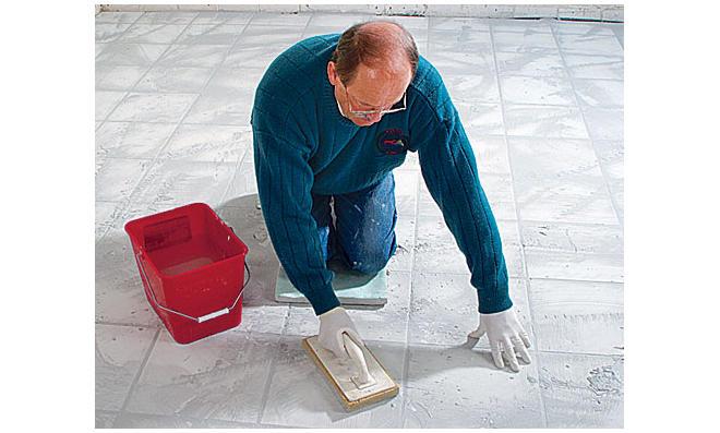Fußboden Fliesen Verfugen ~ Fliesen legen anleitung für anfänger bauredakteur