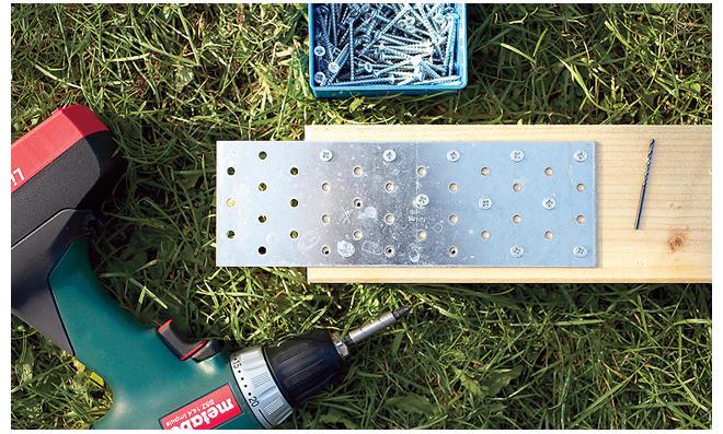 Fußballtor selber bauen: Lochplatten aufschrauben