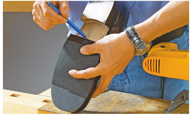 Schuhe reparieren: Schuhsohle kleben |